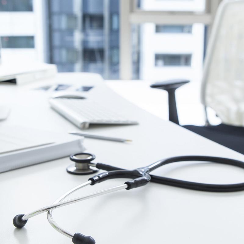 4 cechy dobrego biurka medycznego